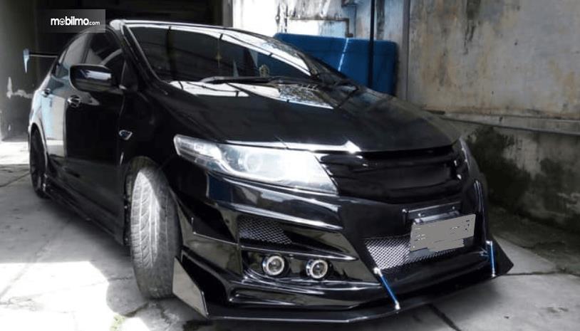 Gambar ini menunjukkan mobil Honda City yang telah dilengkapi dengan Body kit full hitam