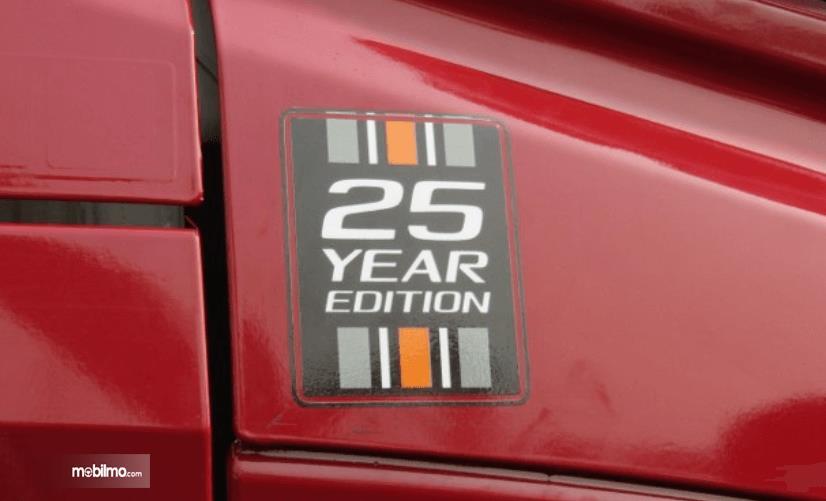 Gambar ini menunjukkan mobil tulisan 25 year edition pada mobil edisi khusus Volvo