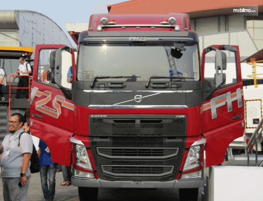 Gambar ini menunjukkan mobil Truk Volvo Edisi Khusus warna merah tampak depan