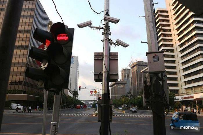 Foto Kamera pengawas pelanggaran lalu lintas di salah satu persimpangan jalan