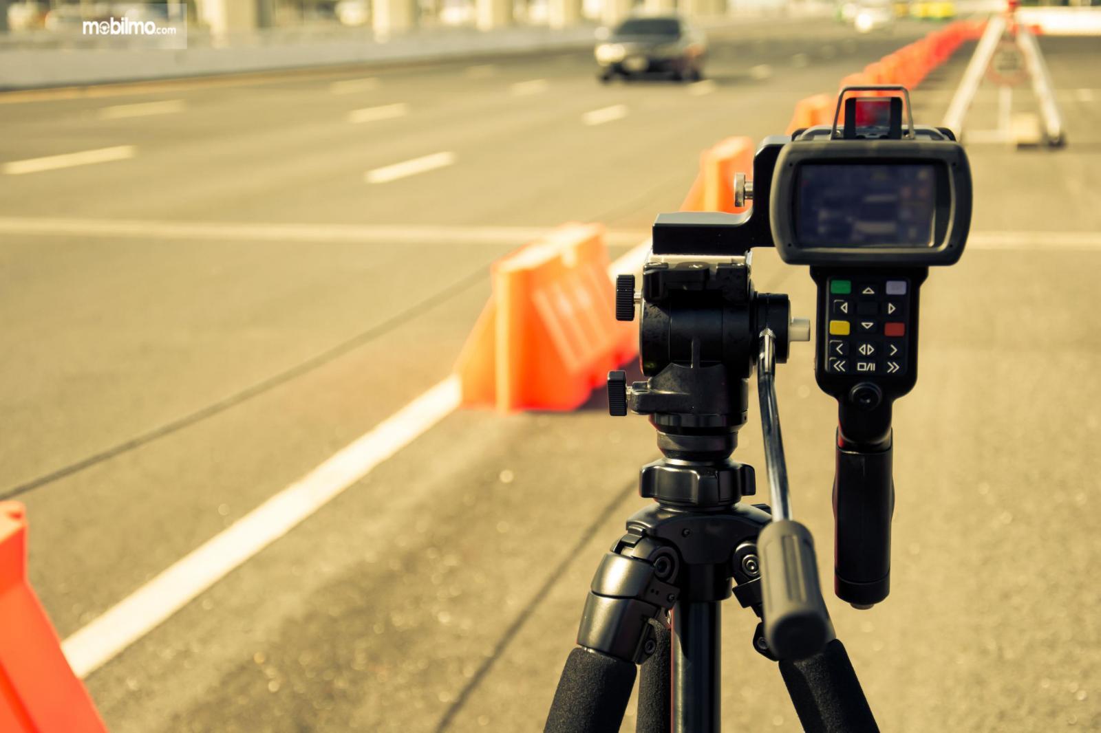 Foto Speed Gun untuk mengawasi kecepatan laju kendaraan di jalan tol