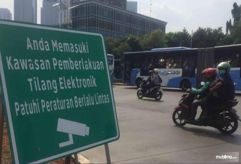 Foto Rambu-rambu tilang elektronik di salah satu jalan ibu kota