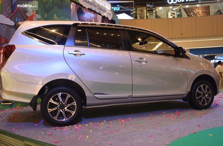 Eksterior Samping Daihatsu Sigra 2019 tampak modern dengan beberapa ornamen menarik seperti Mud Guard dan pelek sporty