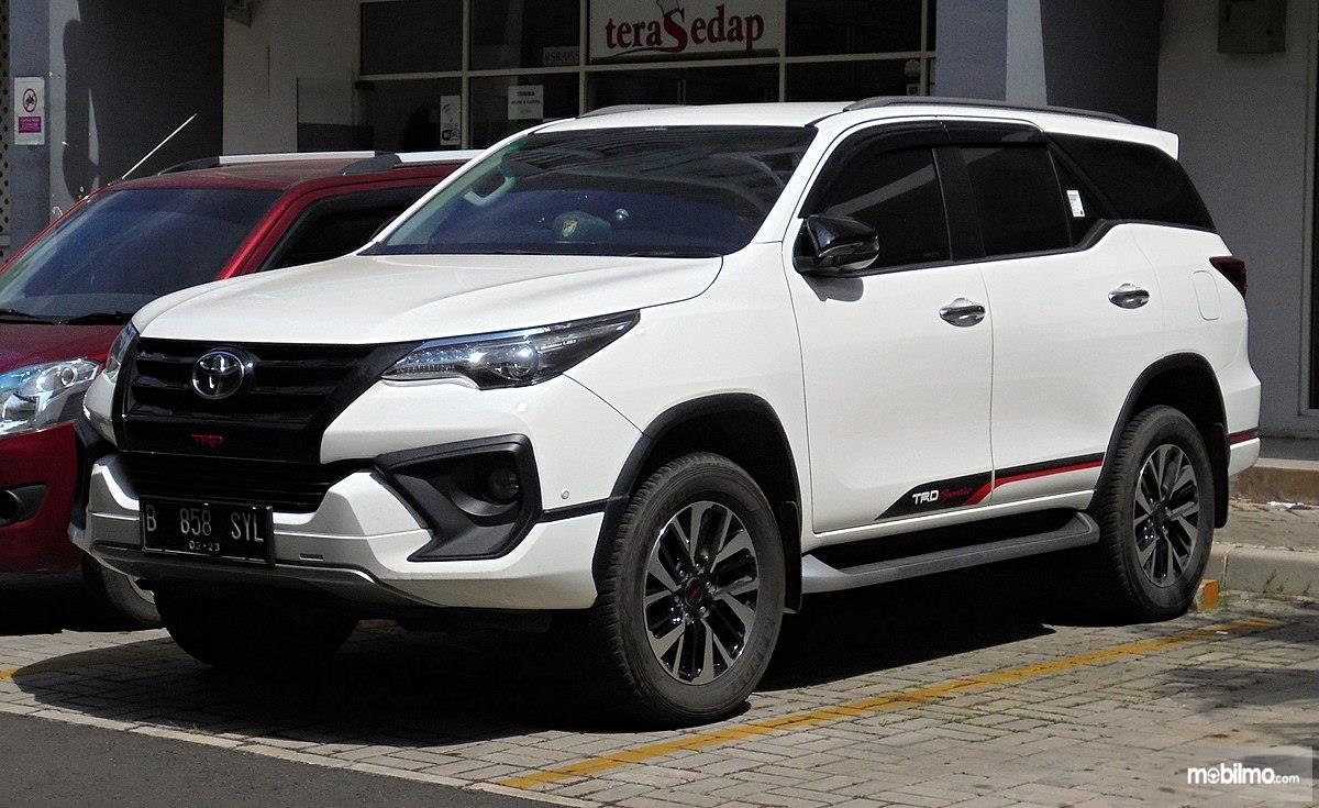 Foto Toyota Fortuner dari arah samping depan