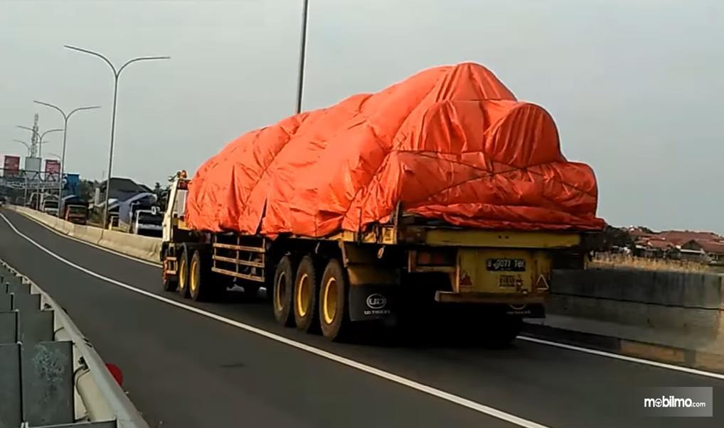 Foto menunjukkan Truk bermuatan besar melintas di jalan tol