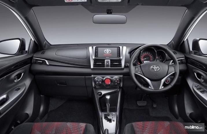 Gambar ini menunjukkan interior mobil Toyota Yaris Heykers 2016