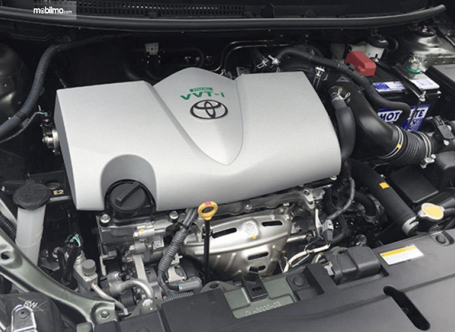 Gambar ini menunjukkan mesin mobil Toyota Yaris Heykers 2016