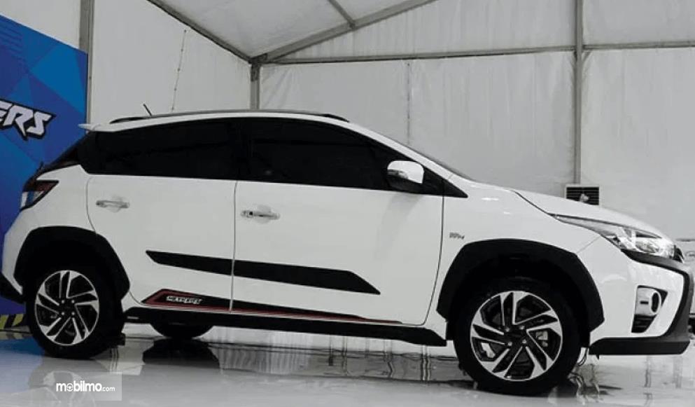 Gambar ini menunjukkan bagian samping Toyota Yaris Heykers 2016