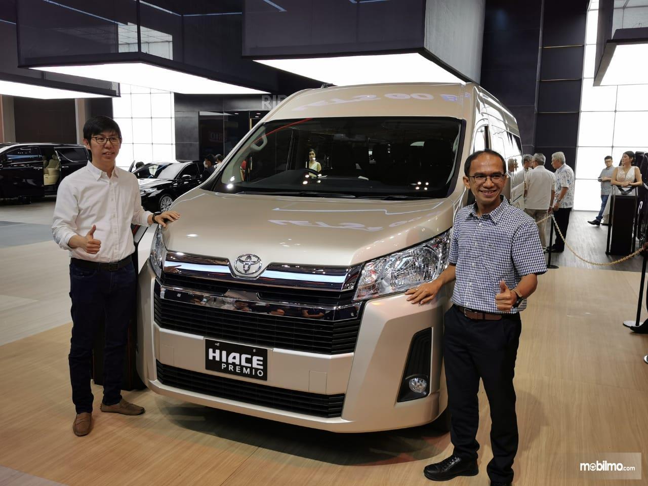 Foto menunjukkan bagian depan Toyota Hiace Premio 2019