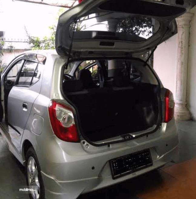 Gambar ini menunjukkan bagasi mobil  Toyota Agya 2016