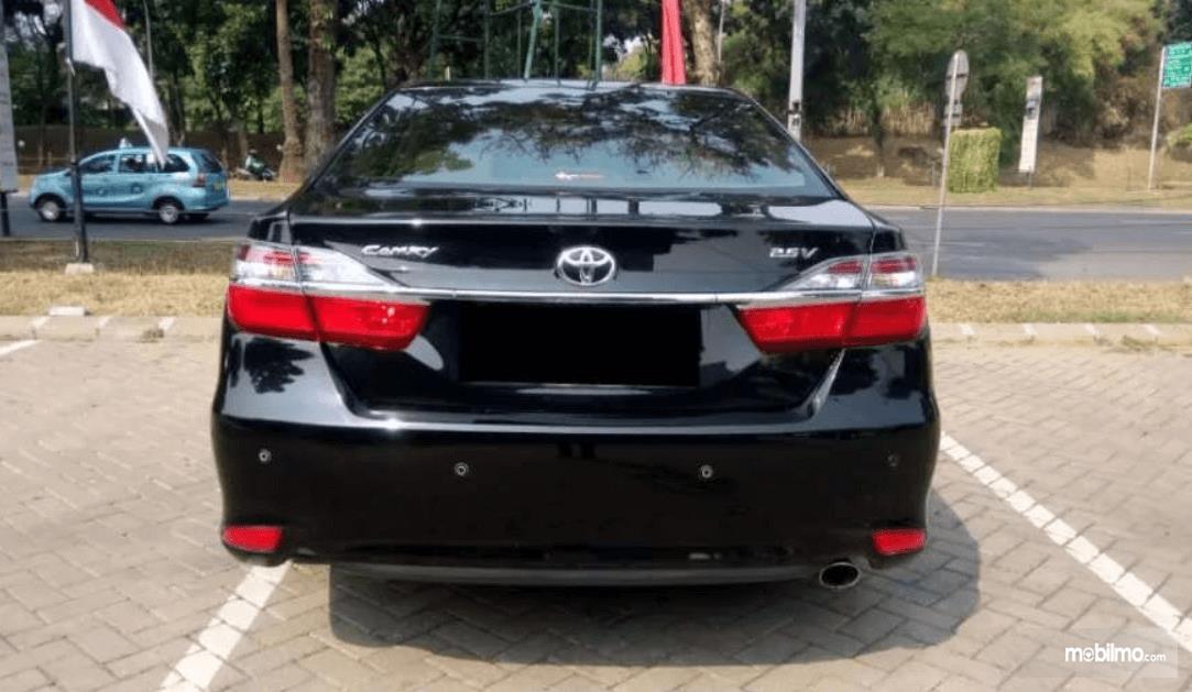 Gambar ini menunjukkan bagian belakang Toyota Camry 2016