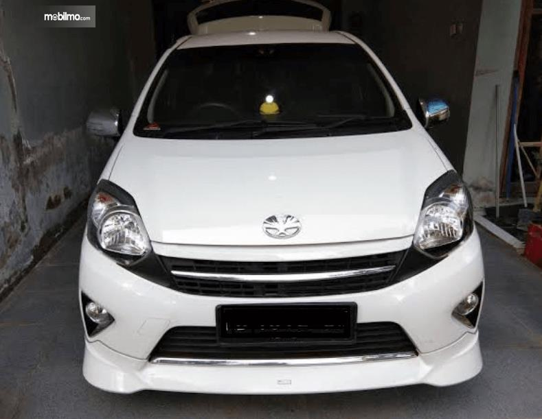 Gambar ini menunjukkan tampilan depan  Toyota Agya 2016