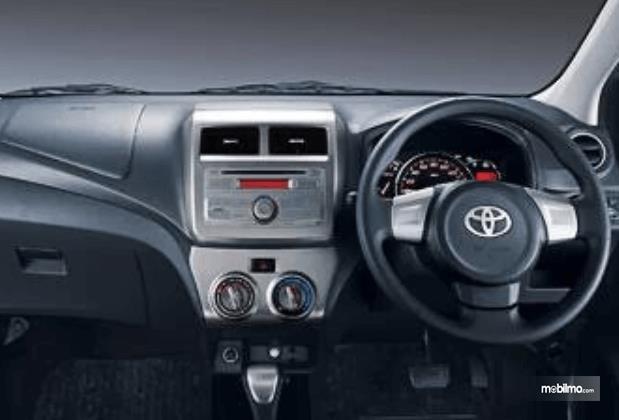 Gambar ini menunjukkan fitur dashbard pada  Toyota Agya 2016