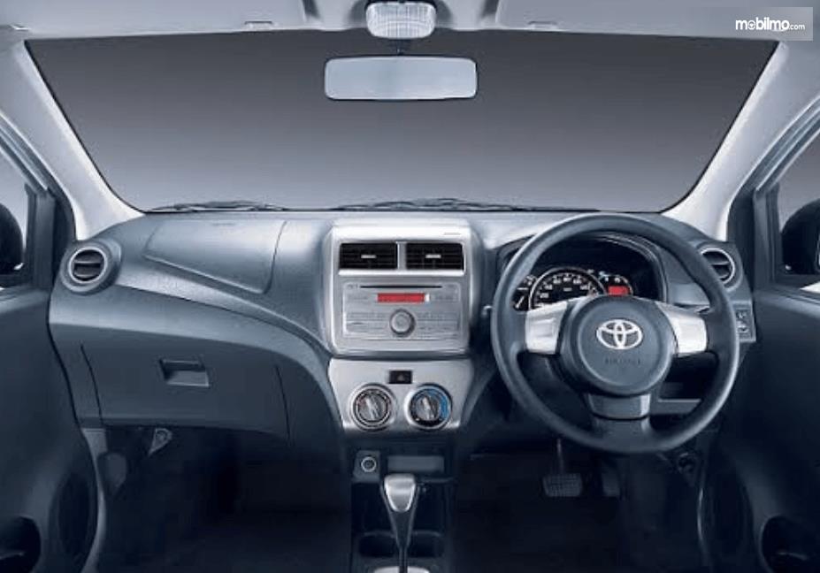 Gambar ini menunjukkan interior  Toyota Agya 2016