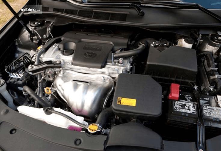 Gambar ini menunjukkan mesin mobil Toyota Camry 2016