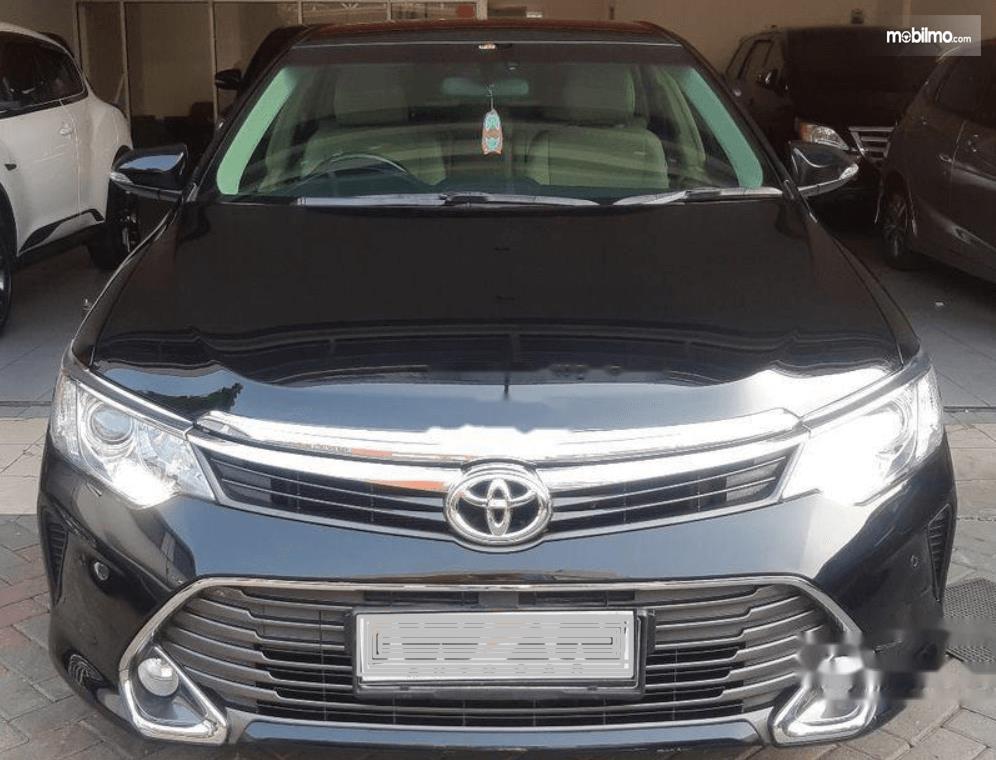 Gambar ini menunjukkan bagian depan mobil Toyota Camry 2016
