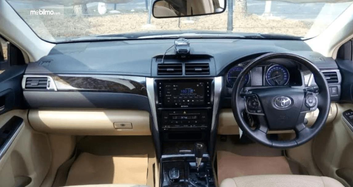 Gambar ini menunjukkan bagian dasboard dan kemudi mobil Toyota Camry 2016