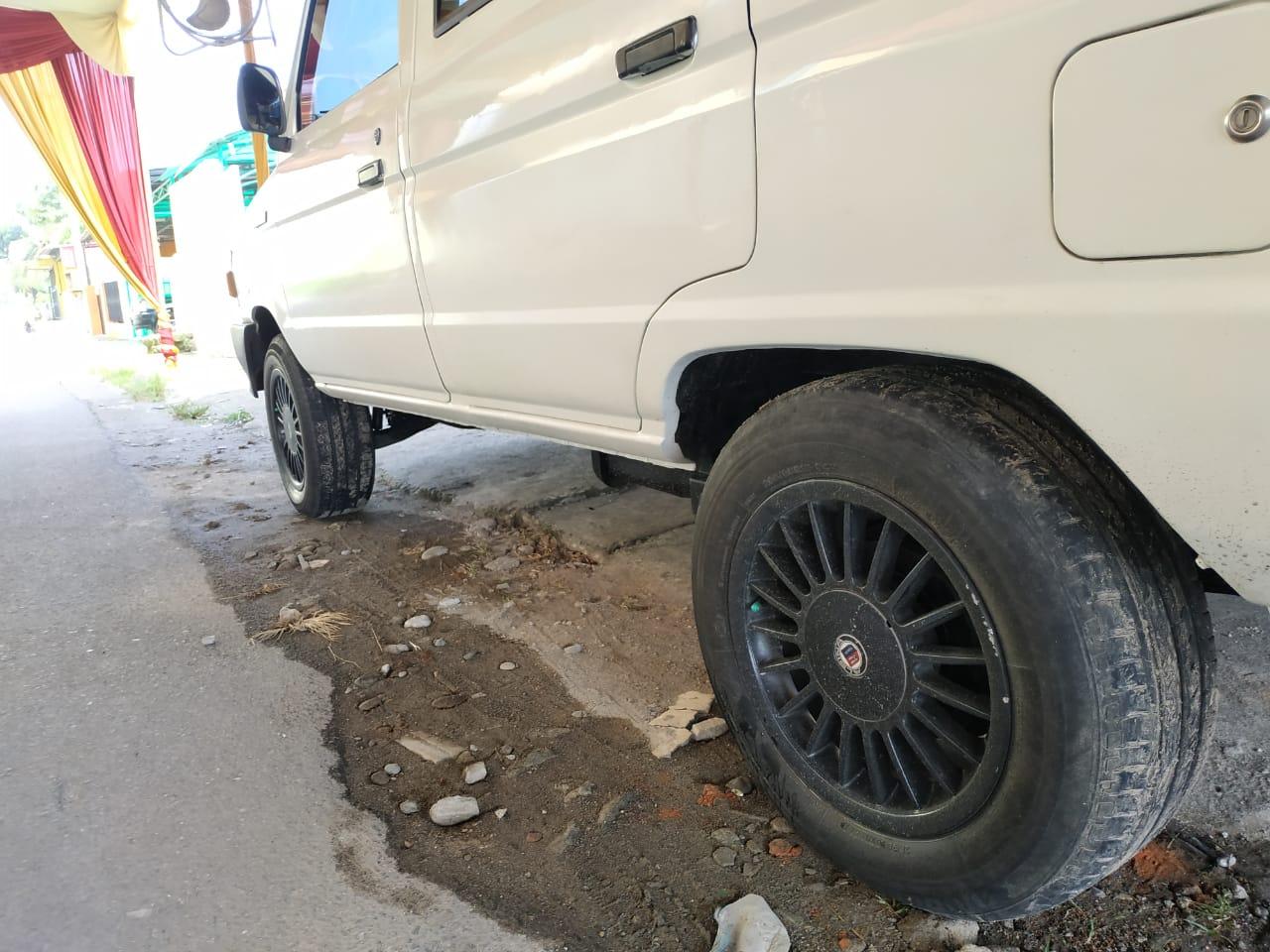 Gambar menunjukkan Ban dan pelek Toyota Kijang Super 1995