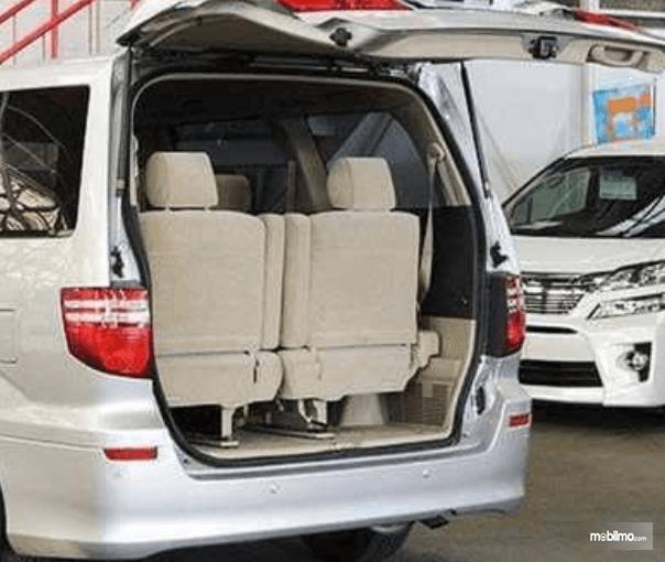 Gambar ini menunjukkan bagasi mobil Toyota Alphard 2015