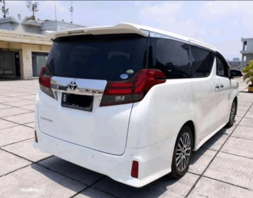Gambar ini menunjukkan bagian samping dan belakang Toyota Alphard 2015