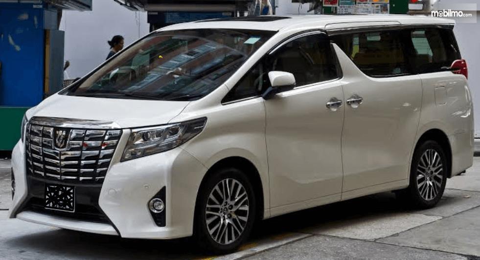 Gambar ini menunjukkan bagian samping kiri dan depan Toyota Alphard 2015