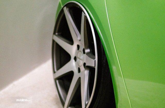Pelek aftermarket terpasang pada mobil hijau