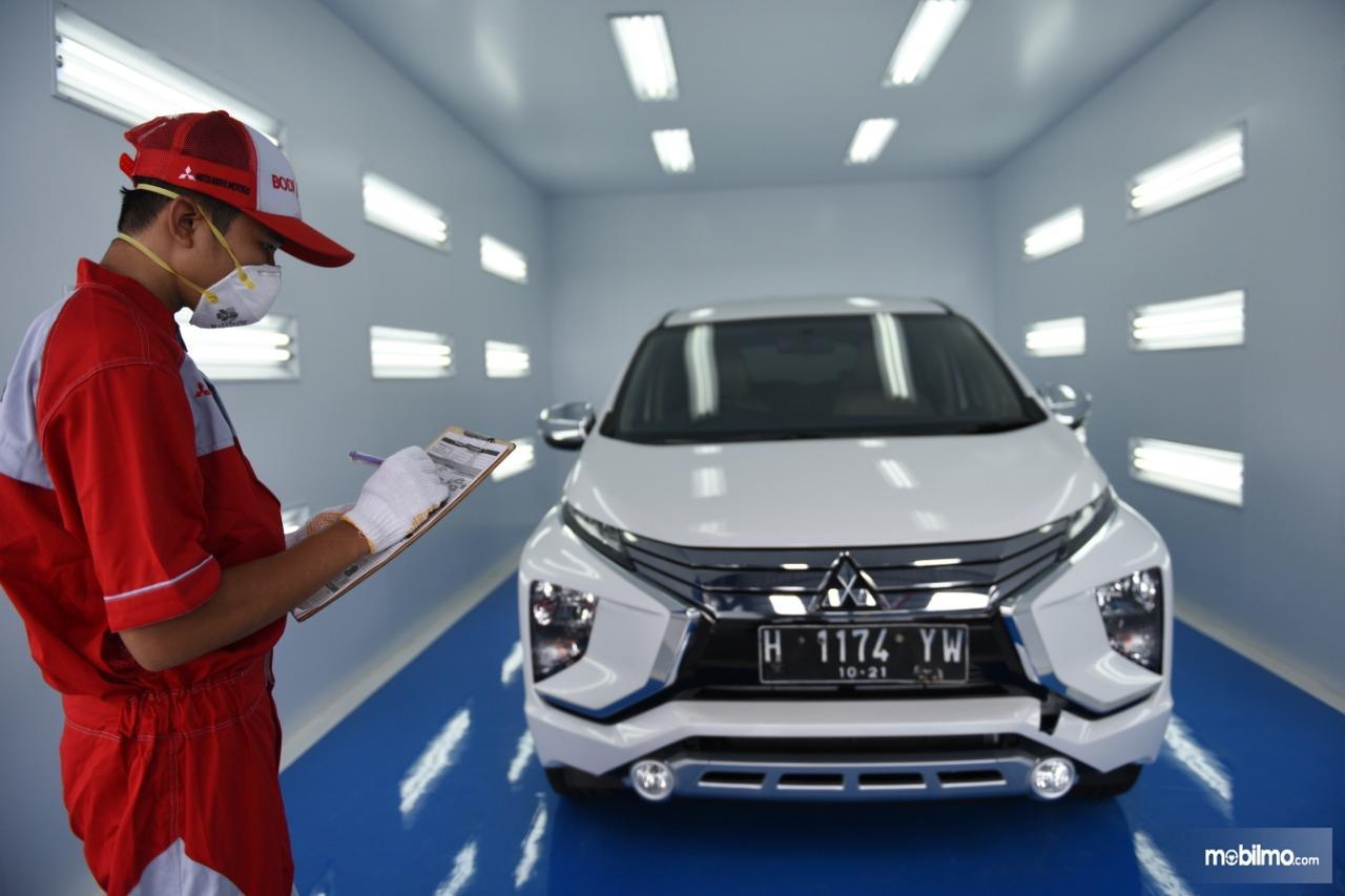 Gambar menunjukkan Mitsubishi Xpander perbaikan bodi