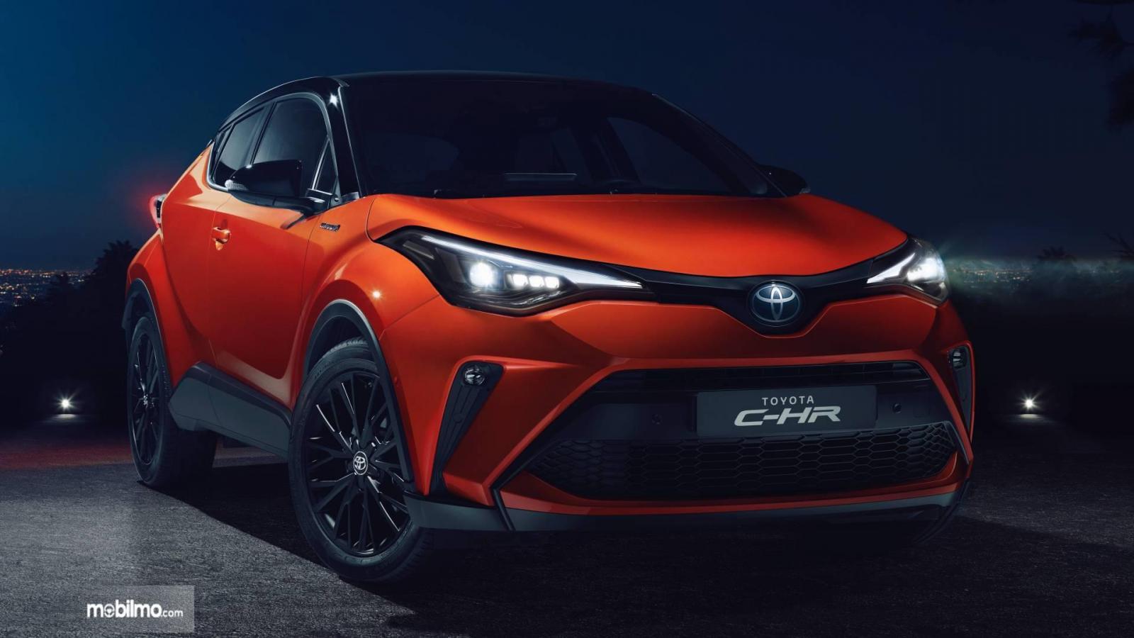 Foto menunjukkan Toyota C-HR Hybrid facelift tampak dari samping depan
