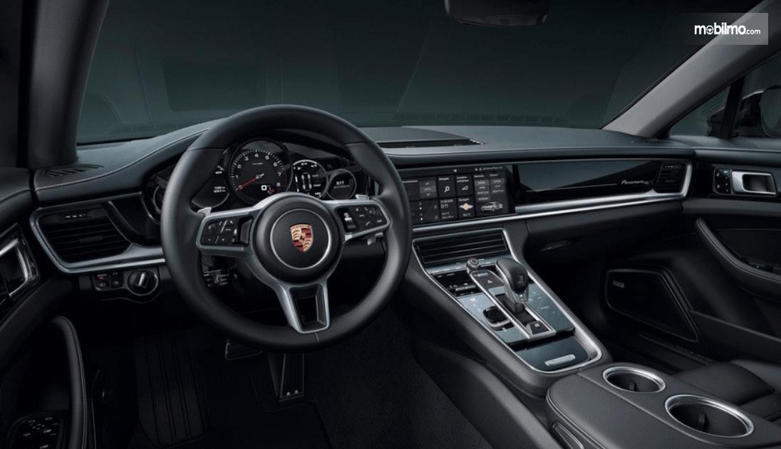 gambar ini menunjukkan interior mobil panamera terlihat dashboard dan kemudi mobil