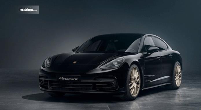 Gambar ini menunjukkan mobil Porsche Panamera warna hitam tampak depan