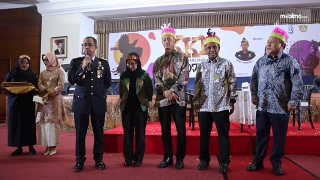 Proses serah terima penghargaan dari Dirjen Bea dan Cukai kepada perwakilan Suzuki Indonesia