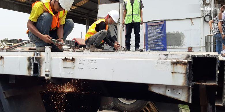 Foto saat pemotongan lebihan dimensi truk ODOL