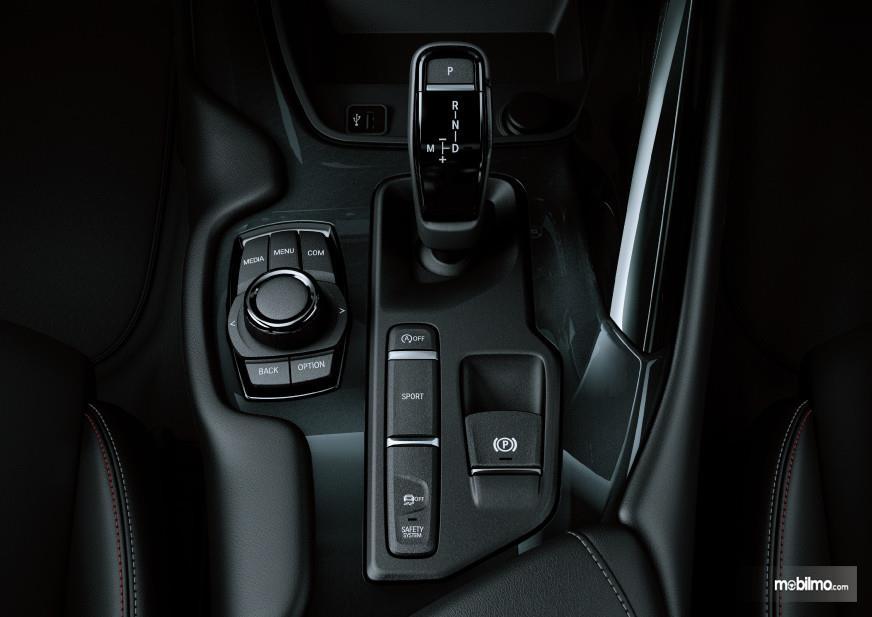 Foto menunjukkan Tuas transmisi Toyota GR Supra
