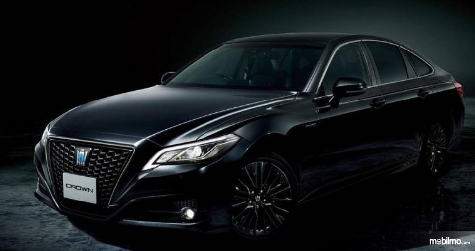 Gambar ini menunjukkan mobil Toyota Crown Sport Style dengan warna hitam