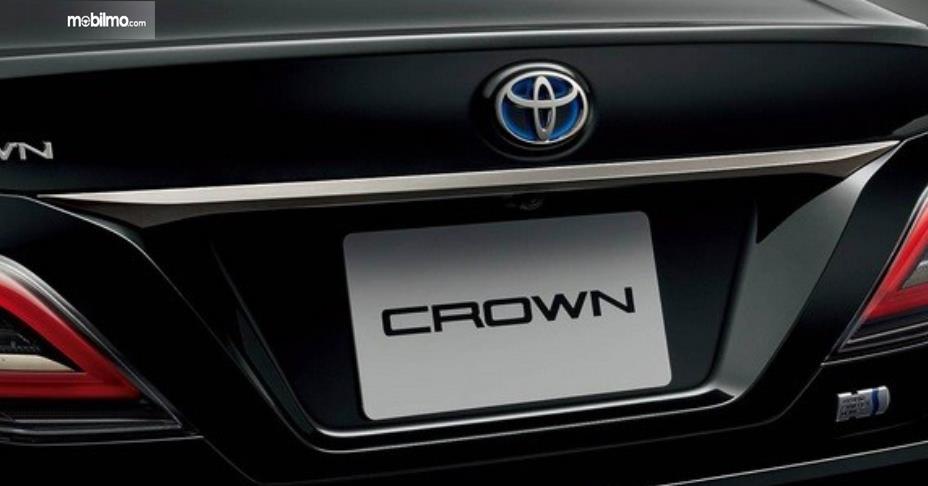 Gambar ini menunjukkan mobil Toyota Crown Edisi Khusus tampak belakang
