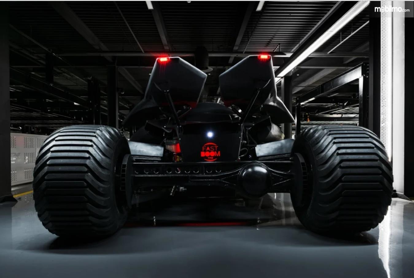 Foto Batmobile FastBoomPro dari belakang