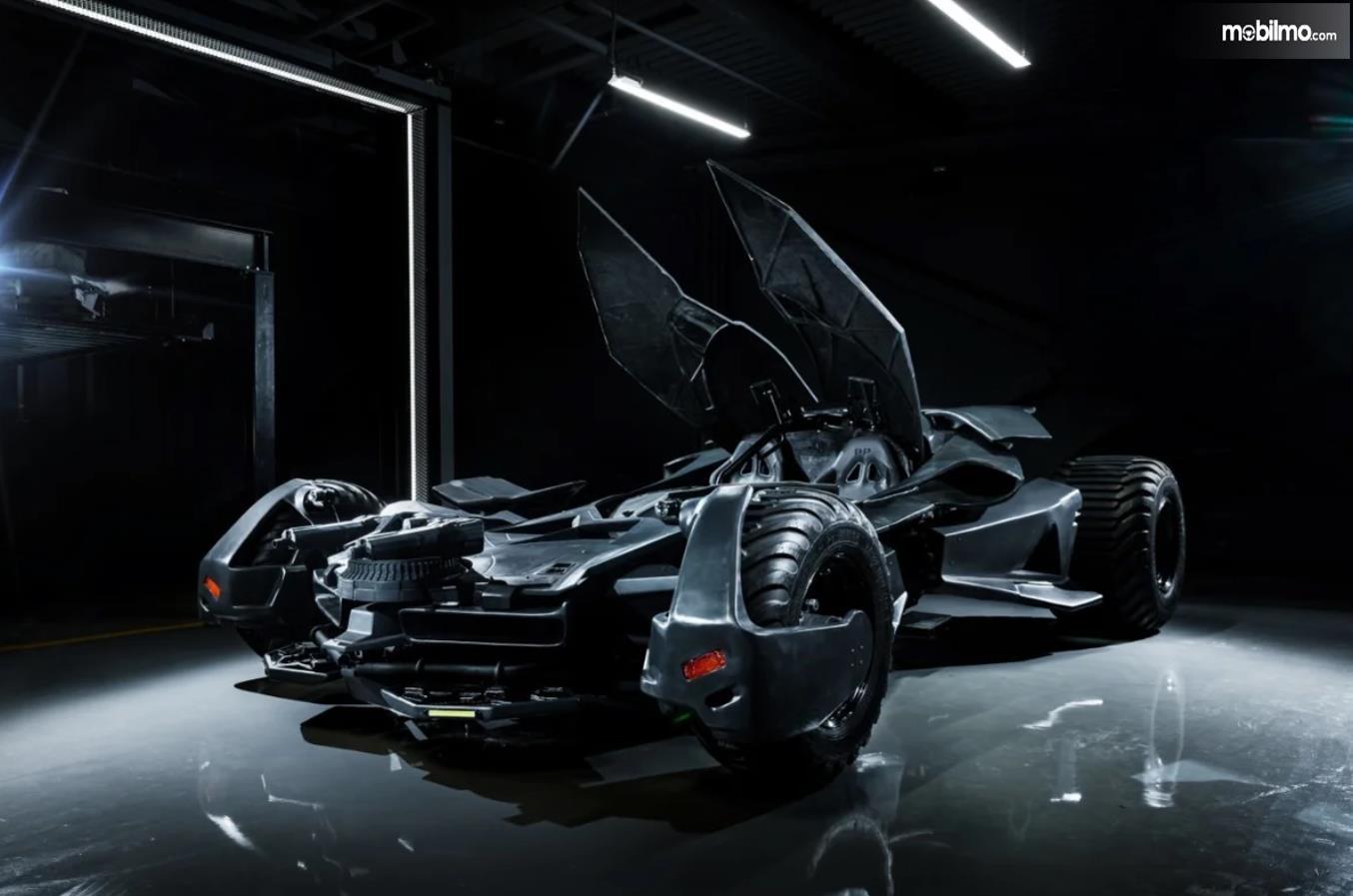 Foto Batmobile FastBoomPro dalam kondisi pintu terbuka