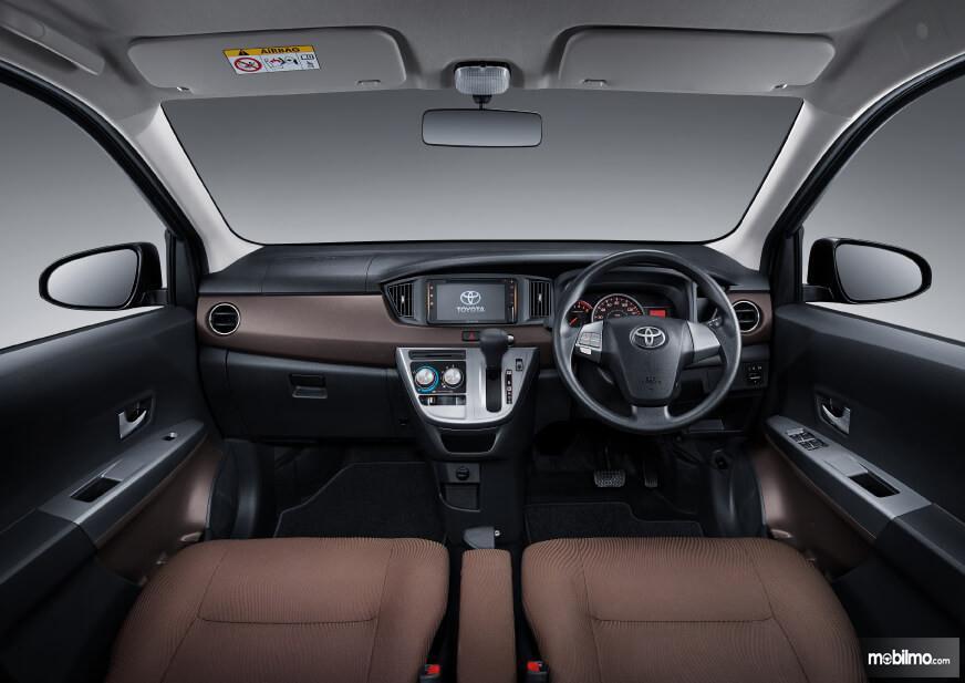 Foto menunjukkan kabin depan Toyota Calya G AT 2019