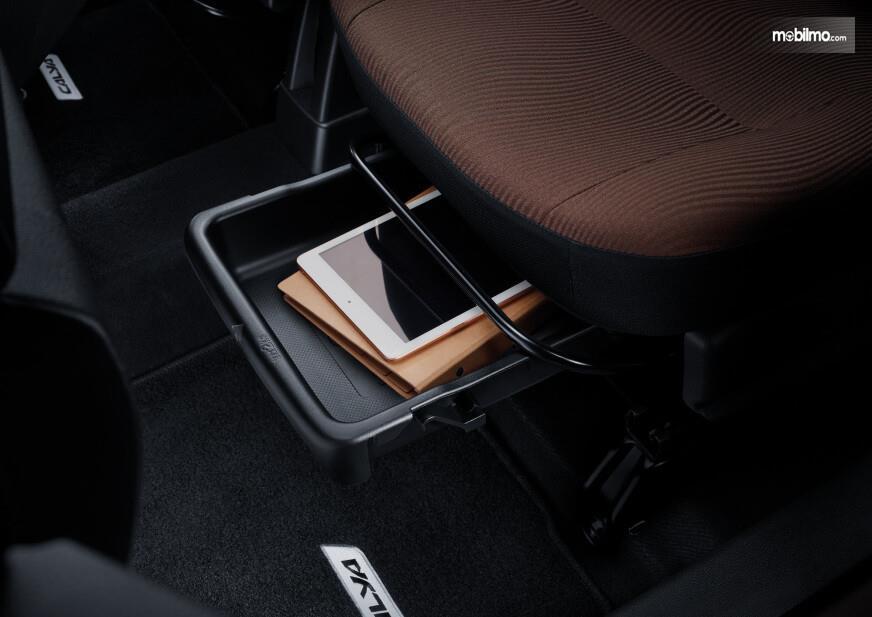Foto penyimpanan bawah jok Toyota Calya G AT 2019