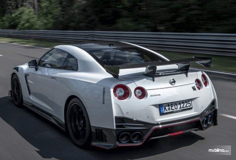 Gambar ini menunjukkan mobil Nissan GT-R warna putih tampak belakang