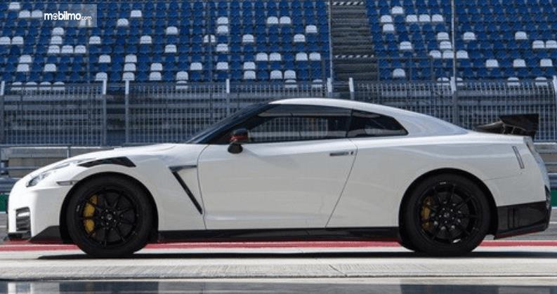 Gambar ini menunjukkan bagian samping Nissan GT-R Nismo warna putih tampak samping