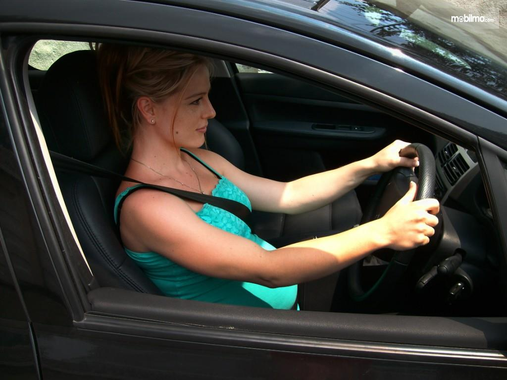 Foto pengemudi wanita penuh konsentrasi