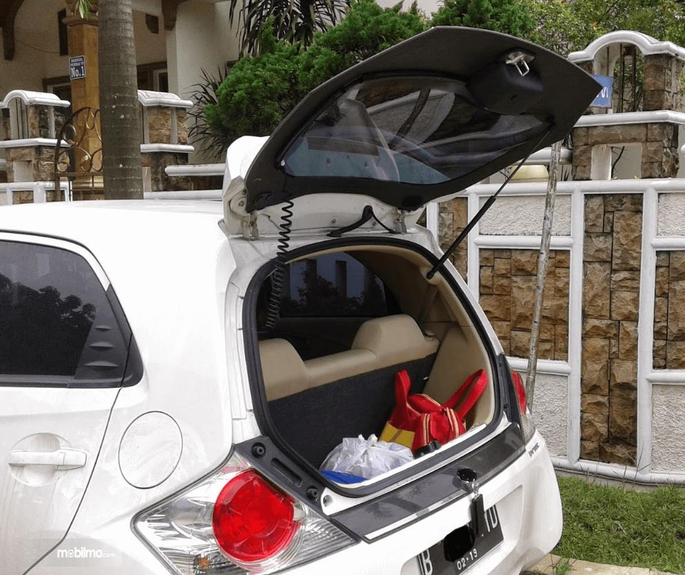 Gambar ini menunjukkan bagasi mobilo Honda Brio 2015 dengan pintu belakang terbuka