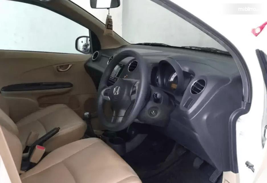 Gambar ini menunjukkan interior Honda Brio 2015 tampak dashboard dan kemudi