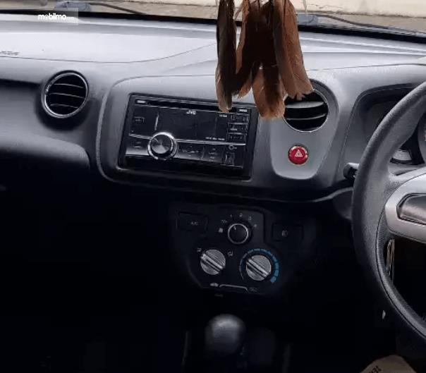 Gambar ini menunjukkan fitur head unit Honda Brio 2015