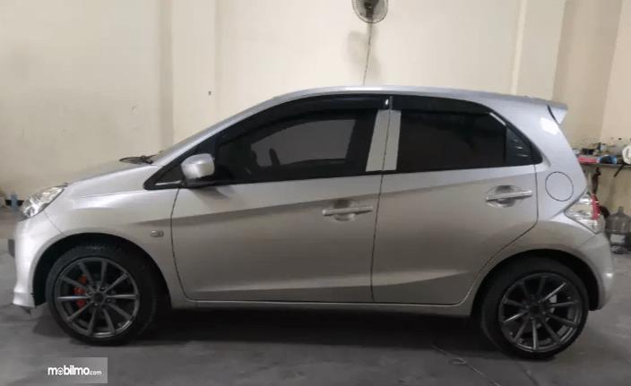 Gambar ini menunjukkan bagian samping mobil Honda Brio 2015