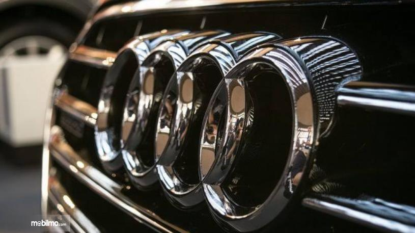gambar ini menunjukkan logo pada mobil audi dengan lapis krom