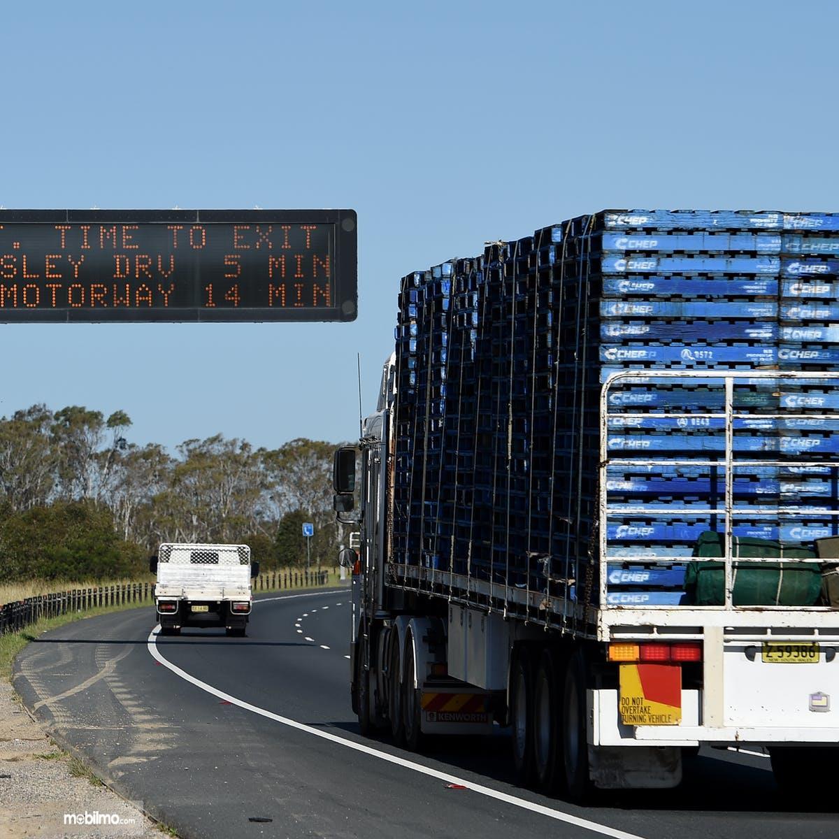 Foto truk besar melaju di tikungan
