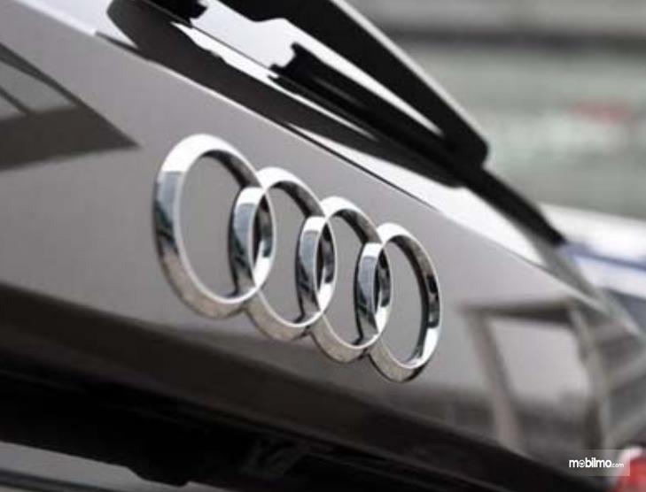 Gambar ini menunjukkan logo Audi pada mobil