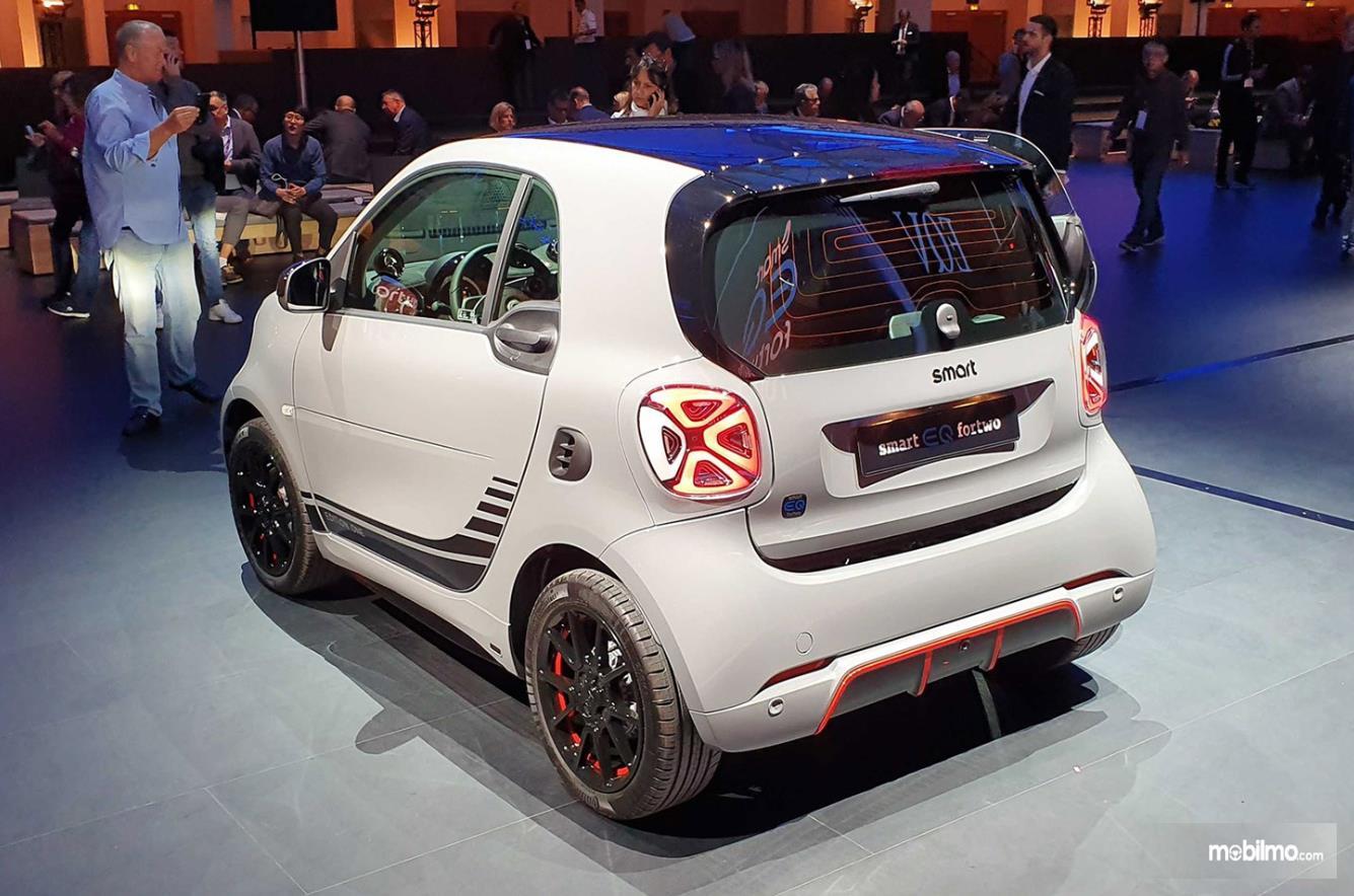 Foto Smart EQ ForTwo tampak dari samping belakang